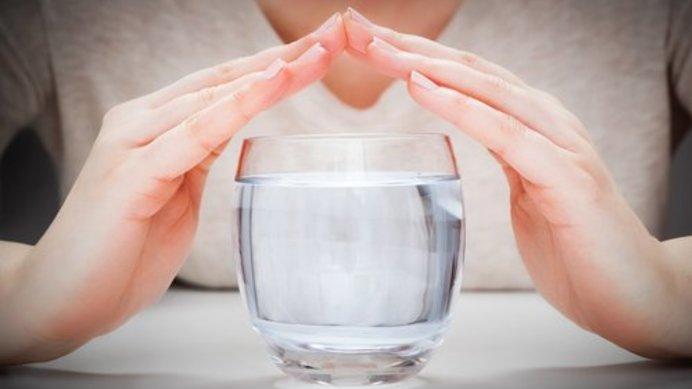 Medium beber agua antes de la comidas 500x342